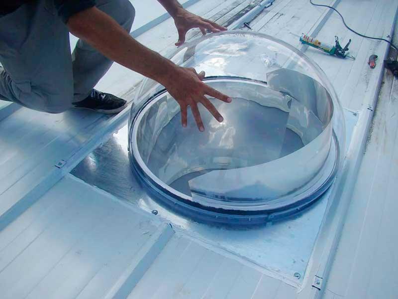 tubo solare installato in capannone industriale a tetto piano